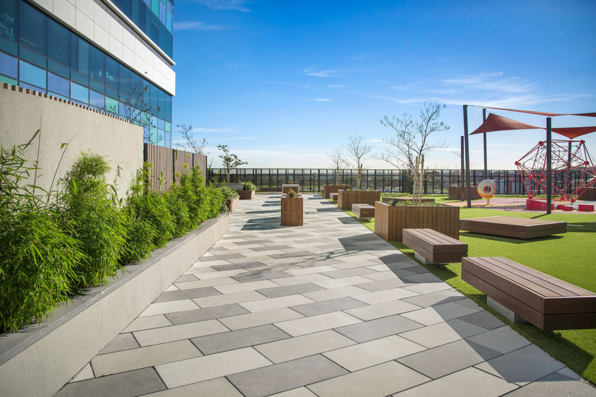 Anston tri-coloured paving has been installed extensively throughout the courtyard at St John of God Berwick Hospital.